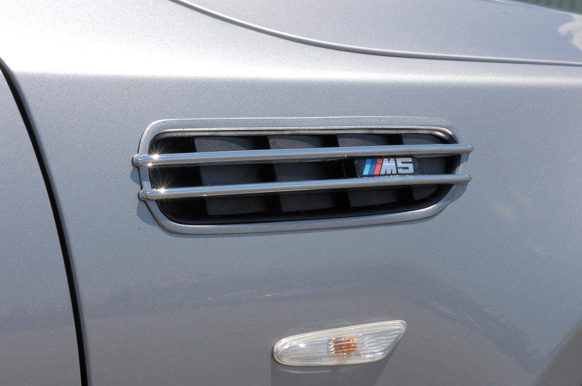 """Lüftungsgitter für linken/rechten Kotflügel (Satz: 2 Stk.) <p>Lüftungsgitter mit Logo für linken/rechten Kotflügel, mit Adapterplatte für nachträgliche Montage an alle MBW E30/E34/E36/E39/E46/E60 Kotflügel, inkl. Schnittschablone, original M5/3D-Embleme """"Rieger"""" in chrom/schwarz;</p>"""